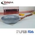 Frigideira redonda revestida do granito pedra cinzenta com o punho de madeira do efeito