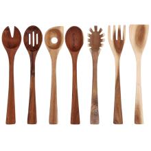 7 piezas de un set de utensilios de cocina de madera.