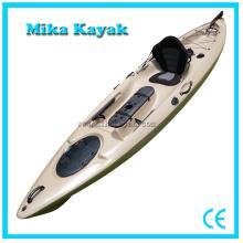Los barcos de pesca de un asiento se sientan en el Kayak superior con el timón de los pedales
