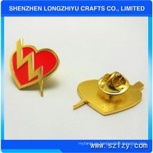 Pin en forma de corazón de la placa de metal con Shinny Gold plateado por precio barato