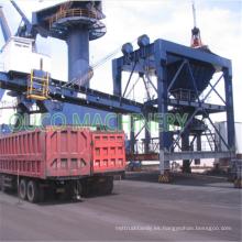 Descarga de carga a granel a la tolva del puerto de la correa