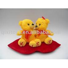 felpa de San Valentín besando el oso de peluche con el corazón