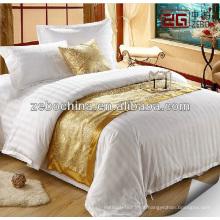 Corredor de cama decorativa do hotel e almofada de lançamento