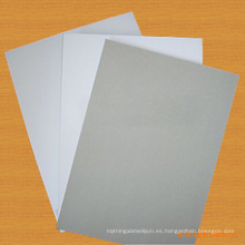 Una placa dúplex recubierta con respaldo dúplex / tablero dúplex blanco revestido con respaldo gris / tablero de manila blanco