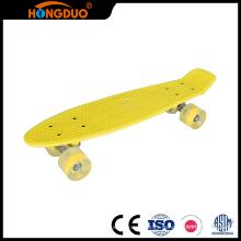 Настроить четыре небольших колеса длинные скейтборд палубы