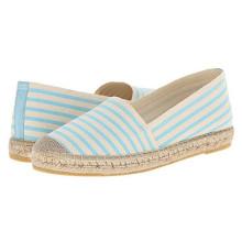 Frauen-Peitsche-Beleg auf Espadrille-flache Schuhe