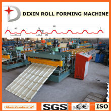 Telhado de painéis de metal dá forma à máquina