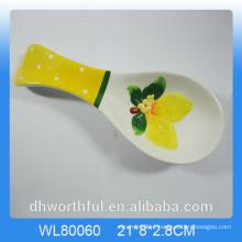 Elegante fruto figurine titular colher de cerâmica