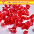 Cañón de confeti de tiro con pétalos de rosa roja