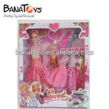 Boneca de moda bonita com vestido e acessórios