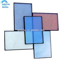 preço de poupança de energia reflexivo colorido da parede de vidro isolado