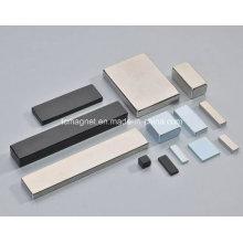 Diferentes tamaños de imanes de neodimio de bloque en varias placas