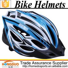 Casco de bicicleta con ropa de protección