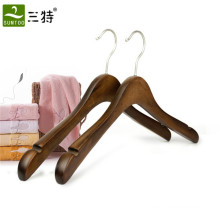 Usage de vêtement et cintre antique de luxe en bois