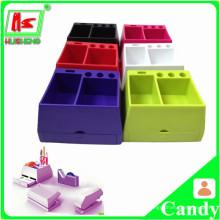 Exprimir pequenos recipientes de plástico colorido