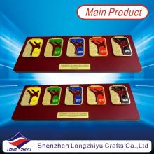 Hongkong Custom Souvenir Taekwondo Medaillen Stick auf Holz Award Plaque Platte mit Metall Rod (LZY009)