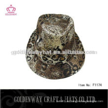 Los muchachos llevaron el sombrero del fedora del leopardo