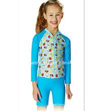 Blaue kleine Mädchen scherzt nette Badebekleidung