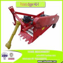 Arracheuse de pommes de terre montée sur un tracteur agricole
