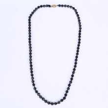 Collier en perles en verre noir en Chine