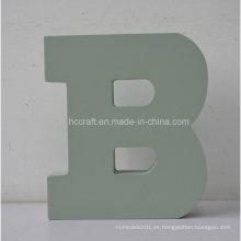 Letras de madera con la letra B del alfabeto usada para la decoración casera