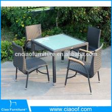 La mesa de mimbre al aire libre colocó sillas con madera plástica