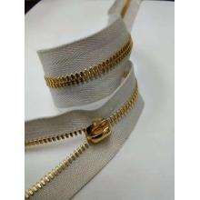 Beige Tape Gold Chain Zipper Roll von Hof