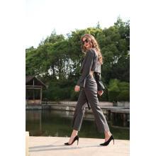 Blazer y pantalón corto a rayas con pin de mujer