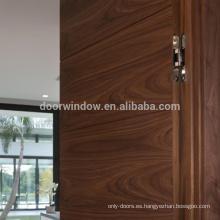 Las puertas invisibles antiguas de la antigüedad del color de madera de roble canadiense marrón del apartamento ocultan la puerta con hardware de la bisagra