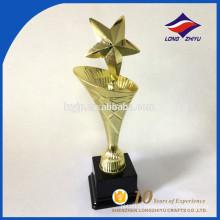 Trophée métallique spécialisé en design spécialisé en gros avec une base en plastique personnalisée