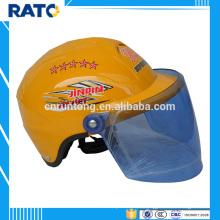 Motocicleta de casco amarillo altamente recomendada