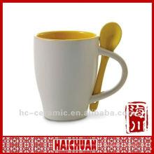 Keramische Kaffeetasse mit Löffel, Porzellantasse mit Löffel