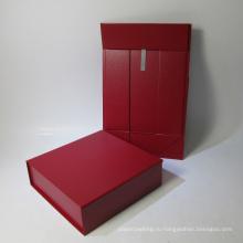 Подарочная коробочка с красной сложенной бумагой с клапаном