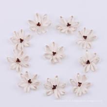 Fleur d'ivoire avec perle en plastique, arceau en satin