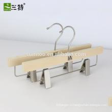 Деревянная вешалка для ламинированных брюк с жемчужно-никелевым крючком и клипсами