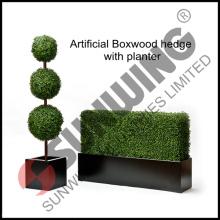Künstliche Buchsbaumhecke mit Pflanzgefäß