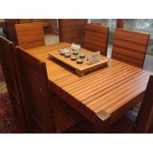 Mesa de madera de cedro rojo informal con silla de madera