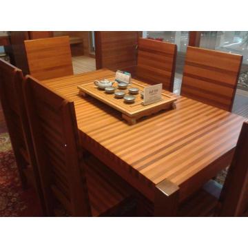 Tabela de madeira de cedro vermelho casual com cadeira de madeira