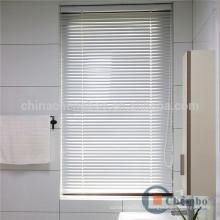 Stores en aluminium étanches intégrés dans les fenêtres de la salle de bains