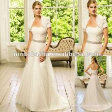 Layered Soft Tull com um vestido de casamento com bainha de cintura frisada