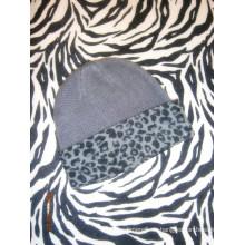 Gorra tejida de cashmere con estampado de leopardo
