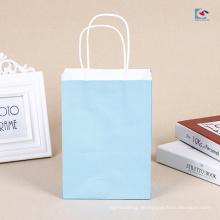 Einfarbige weiße Kraftpapiereinkaufstasche mit dem Grifflogodrucken vorhanden