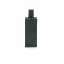 projete a tela da impressão que imprime a garrafa de perfume preta matte de vidro vazia de 50ml