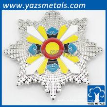 botão de esmalte assado emblema flor em forma de presente