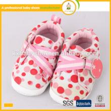 La manera encantadora del nuevo estilo 2015 calza los zapatos del bebé del bebé
