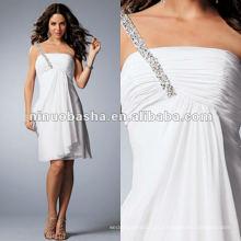 Revestido com um ombro vestido de noiva com vestido de pelúcia