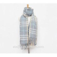 As senhoras novas da forma verificam o lenço morno do inverno / xaile