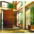 Puerta pívot de madera con estructura residencial moderna
