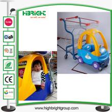 Chariot d'enfants de supermarché et poussette de bébé avec le panier en métal
