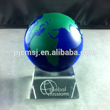 modèle de globe de cristal, boule de cristal, monde de cristal bule avec carte colorée